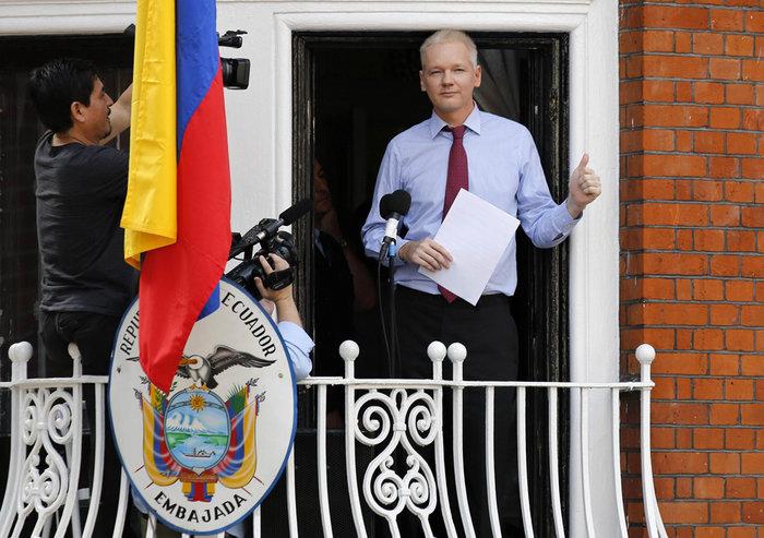 O Τζούλιαν Ασάνζ στην πρεσβεία του Εκουαδόρ στο Λονδίνο
