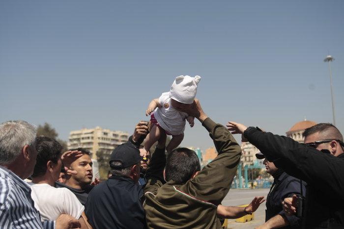 Σοκ!Πατέρας απείλησε να πετάξει το μωρό του σε λιμενικό - εικόνα 2