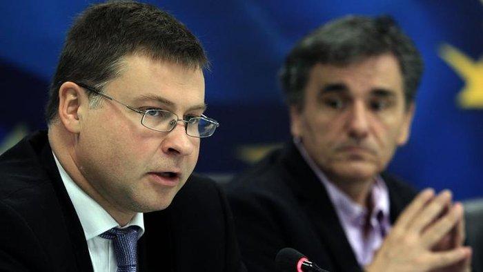 Ο αντιπρόεδρος της Κομισιόν Βάλντις Ντομπρόβσκις με τον έλληνα υπουργό Οικονομικών Ευκλείδη Τσακαλώτο
