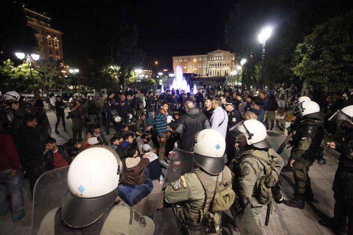 Πρόσφυγες προσπάθησαν να στήσουν σκηνές στη Βουλή - εικόνα 2