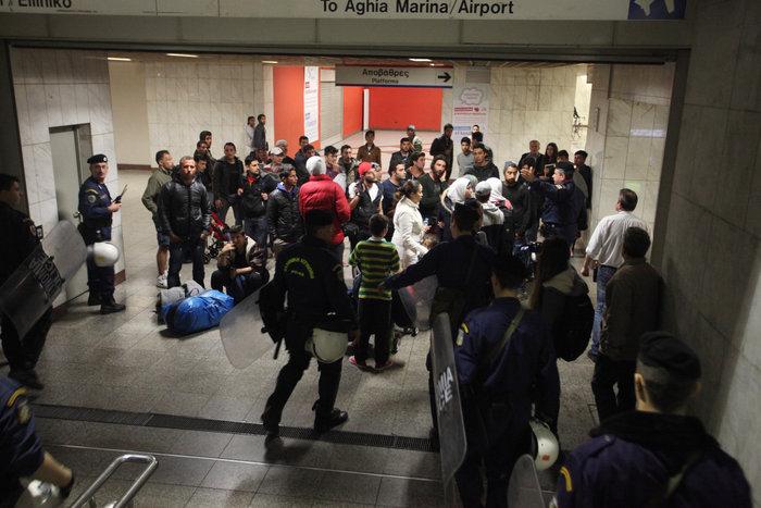 Πρόσφυγες προσπάθησαν να στήσουν σκηνές στη Βουλή - εικόνα 3