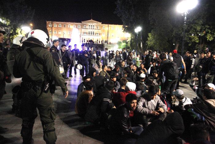 «Κλεφτοπόλεμος» με πρόσφυγες τη νύχτα στο κέντρο της Αθήνας - εικόνα 7