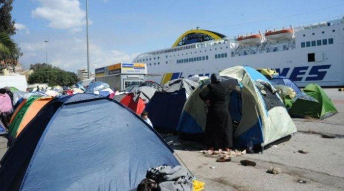 «Κρύβουν» τους πρόσφυγες στην άκρη του λιμανιού