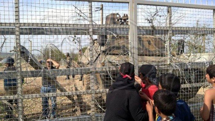 Γυναίκες και παιδιά κόντρα στα ΜΑΤ στην Ειδομένη - εικόνα 5