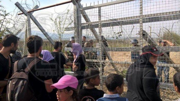 Γυναίκες και παιδιά κόντρα στα ΜΑΤ στην Ειδομένη - εικόνα 6