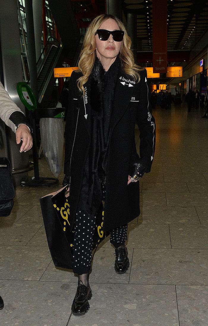 Καταρρακωμένη και ντυμένη στα μαύρα επέστρεψε στο Λονδίνο η Μαντόνα - εικόνα 2