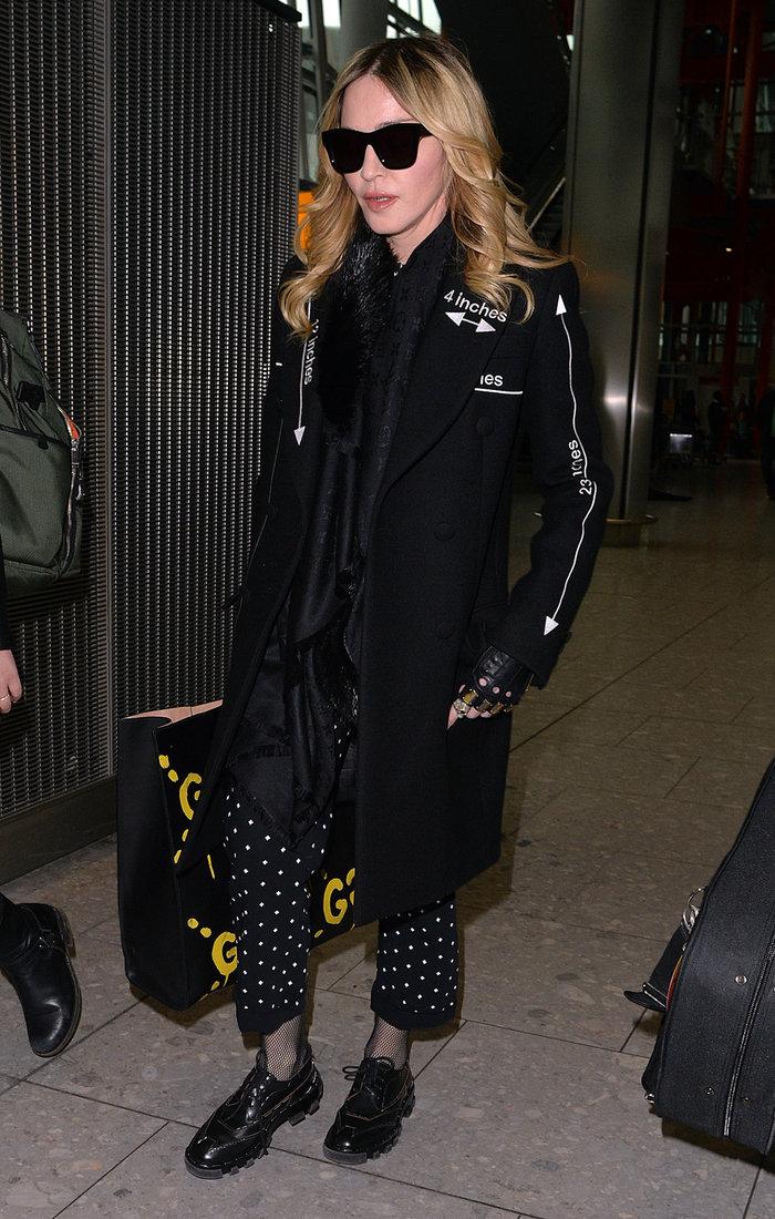Καταρρακωμένη και ντυμένη στα μαύρα επέστρεψε στο Λονδίνο η Μαντόνα