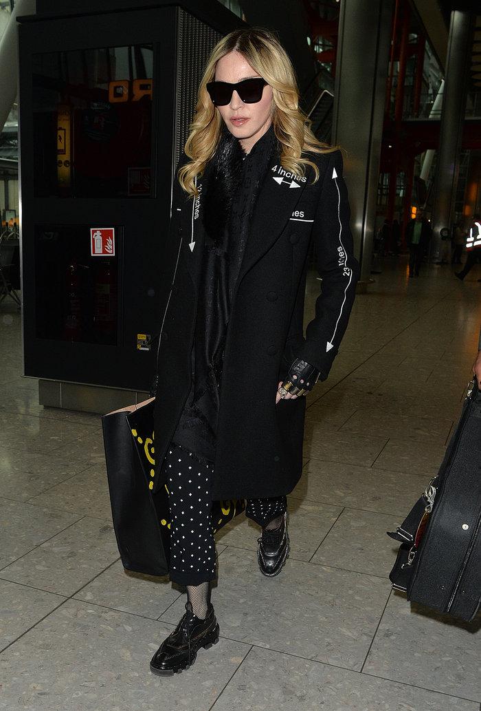 Καταρρακωμένη και ντυμένη στα μαύρα επέστρεψε στο Λονδίνο η Μαντόνα - εικόνα 3