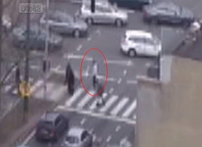 Καρέ - καρέ η διαφυγή του «τρομοκράτη με το καπέλο» - εικόνα 3