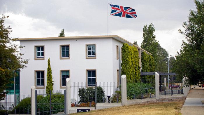 Τα πιο εξωφρενικά αιτήματα που έχουν υποβληθεί σε βρετανικά προξενεία