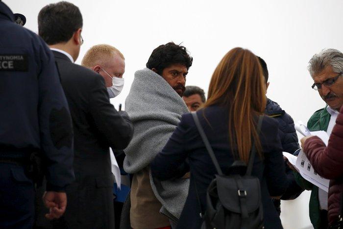 Aλληλέγγυοι έπεσαν στο λιμάνι για να μην φύγει το πλοίο για Τουρκία - εικόνα 2