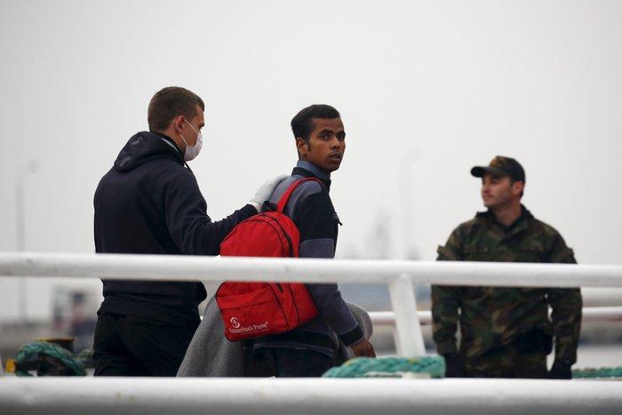 Aλληλέγγυοι έπεσαν στο λιμάνι για να μην φύγει το πλοίο για Τουρκία - εικόνα 3