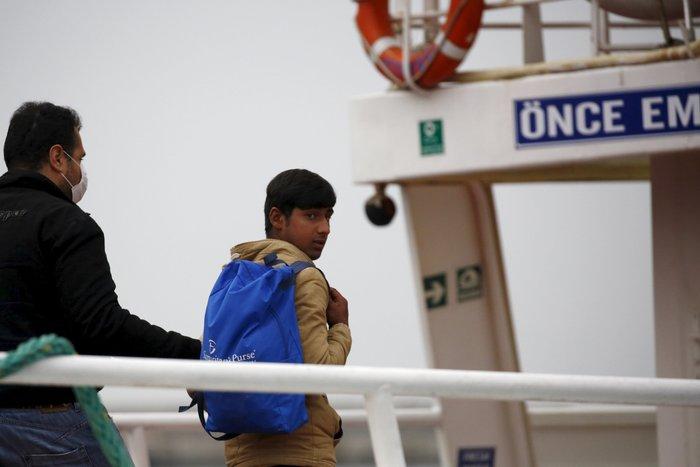 Aλληλέγγυοι έπεσαν στο λιμάνι για να μην φύγει το πλοίο για Τουρκία - εικόνα 4