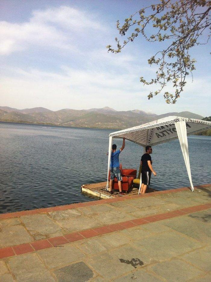 Μια απίθανη παρέα έβαλε ένα σαλόνι μέσα στη λίμνη της Καστοριάς