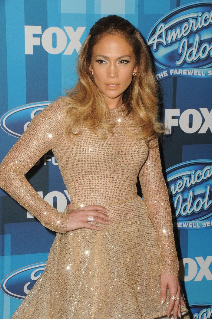 Το ολόχρυσο φόρεμα της Λόπεζ  που θύμισε νυφικό - Δείτε γιατί - εικόνα 2