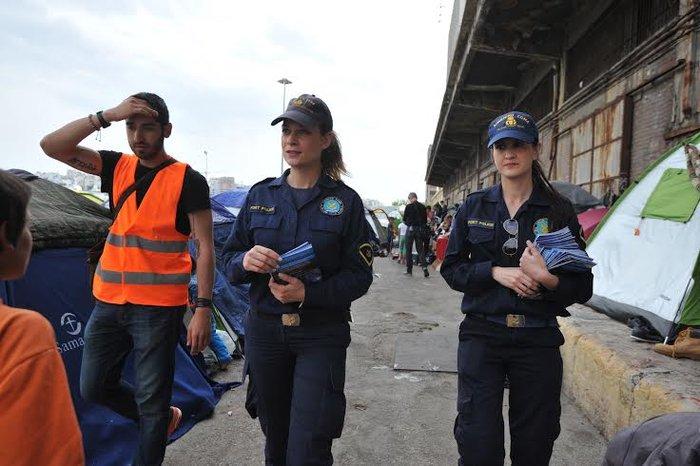 Γυναίκες λιμενικοί μοιράζουν το φυλλάδιο στους πρόσφυγες στο Λιμάνι - εικόνα 2