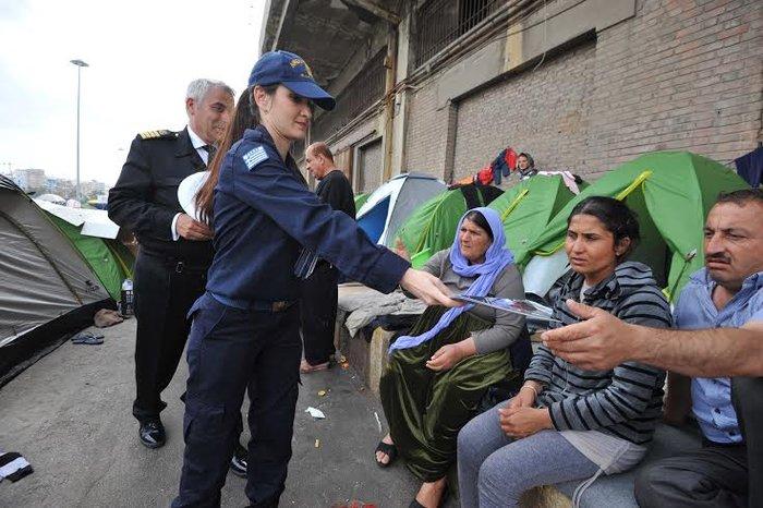 Γυναίκες λιμενικοί μοιράζουν το φυλλάδιο στους πρόσφυγες στο Λιμάνι - εικόνα 3