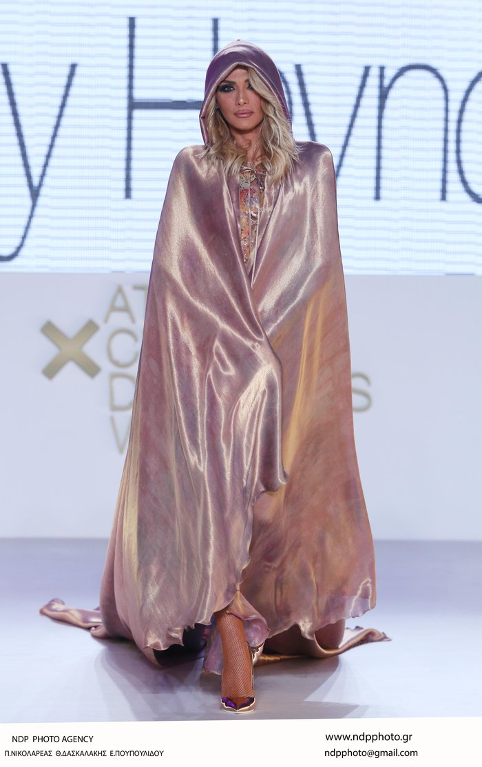 Αγόρια, η Αγγελική Ηλιάδη με διάφανη ολόσωμη φόρμα στην πασαρέλα
