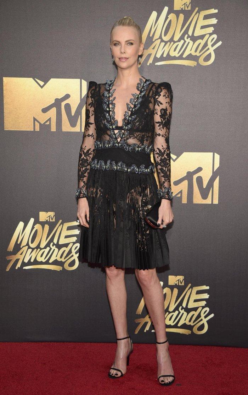 Η Σ. Θερόν κόβει ανάσες με μαύρο δαντελένιο φόρεμα - εικόνα 4