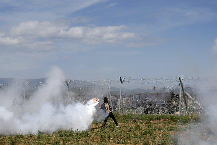 Στο έλεος της βίας οι πρόσφυγες στην Ειδομένη -  φωτό και video - εικόνα 2