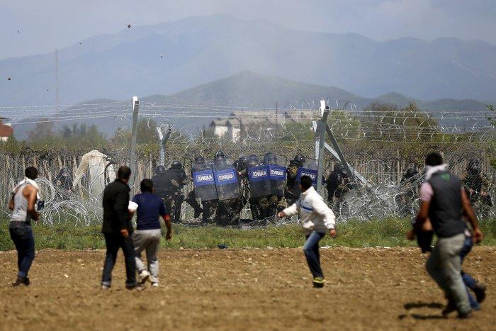 Στο έλεος της βίας οι πρόσφυγες στην Ειδομένη -  φωτό και video - εικόνα 7