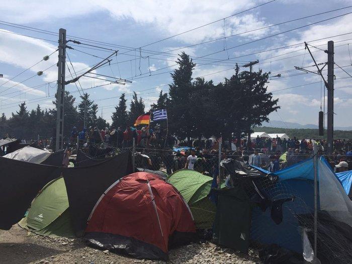 Νέα ένταση στα σύνορα - Εσπρωξαν βαγόνι προς τα ΜΑΤ