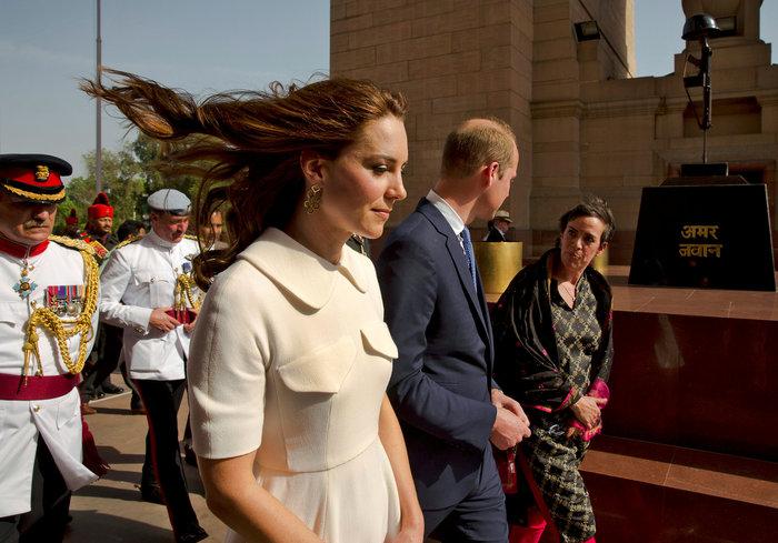 Το... σέξι ατύχημα της Κέιτ: Παρολίγον να αποκαλύψει το βασιλικό εσώρουχο - εικόνα 2
