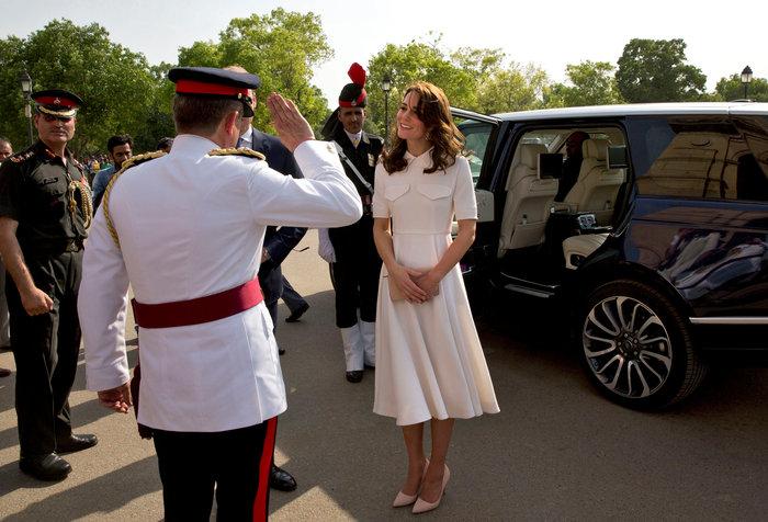 Το... σέξι ατύχημα της Κέιτ: Παρολίγον να αποκαλύψει το βασιλικό εσώρουχο - εικόνα 4
