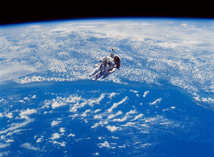 Ο αστροναύτης Robert Stewart σε ένα διαστημικό περίπατο χωρίς σκοινί έξω από το Shuttle Challenger, 12 Φεβρουαρίου 1984. Φωτο: Flickr/NASA