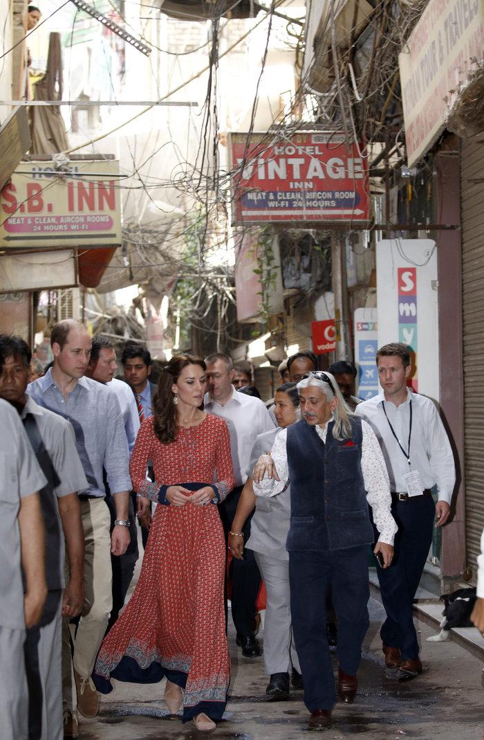 H Kέιτ στα φτωχά «παιδιά του τρένου» στο Δελχί με φόρεμα 50 λιρών - εικόνα 2