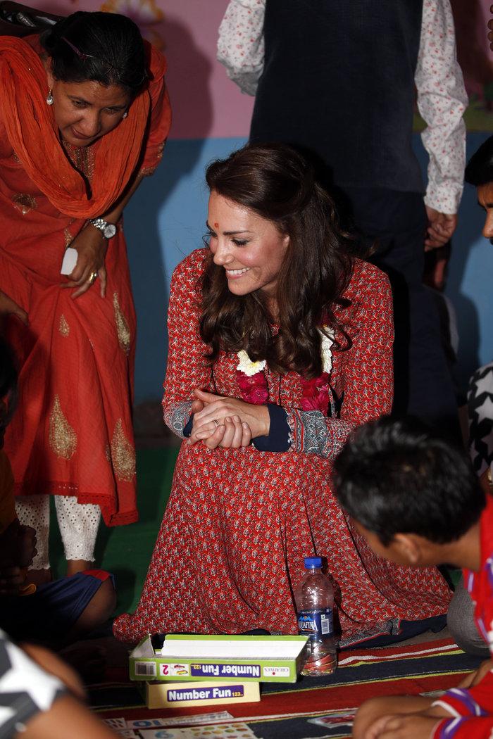 H Kέιτ στα φτωχά «παιδιά του τρένου» στο Δελχί με φόρεμα 50 λιρών - εικόνα 6