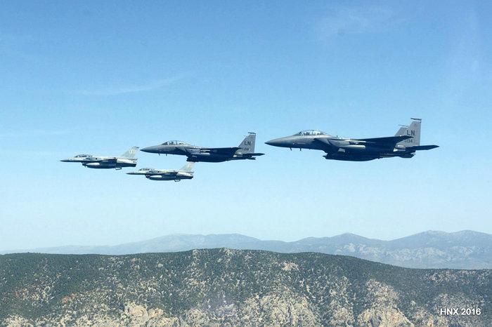 Τα αεροσκάφη του έσκισαν τον ουρανό πάνω από την Ακρόπολη: υπέροχες φωτό