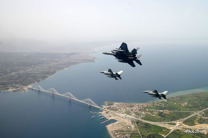Τα αεροσκάφη του έσκισαν τον ουρανό πάνω από την Ακρόπολη: υπέροχες φωτό - εικόνα 2