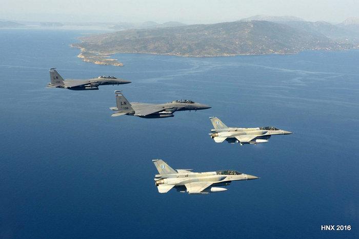 Τα αεροσκάφη του έσκισαν τον ουρανό πάνω από την Ακρόπολη: υπέροχες φωτό - εικόνα 3