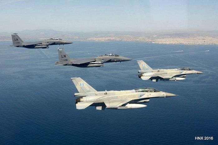 Τα αεροσκάφη του έσκισαν τον ουρανό πάνω από την Ακρόπολη: υπέροχες φωτό - εικόνα 4