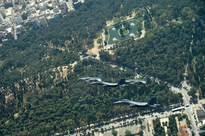 Τα αεροσκάφη του έσκισαν τον ουρανό πάνω από την Ακρόπολη: υπέροχες φωτό - εικόνα 5
