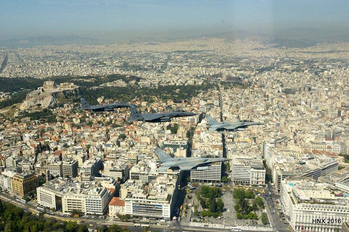 Τα αεροσκάφη του έσκισαν τον ουρανό πάνω από την Ακρόπολη: υπέροχες φωτό - εικόνα 6