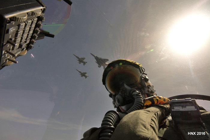 Τα αεροσκάφη του έσκισαν τον ουρανό πάνω από την Ακρόπολη: υπέροχες φωτό - εικόνα 8