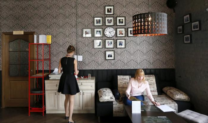 Φωτογραφίες του ρώσου προέδρου κοσμούν τους τοίχους στο εσωτερικό του καφέ