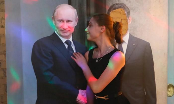 Και φυσικά ένα ομοίωμα του Πούτιν για όσους θέλουν να βγάλουν μια selfie μαζί του