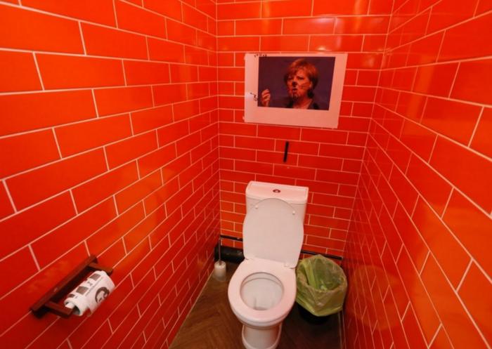 Στις τουαλέτες του καφέ συναντά κανείς φιγούρες πολιτικών της Δύσης