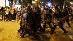 Νύχτα χάους στα Σκόπια, εισβολή διαδηλωτών στο προεδρικό μέγαρο