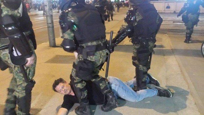 Νύχτα χάους στα Σκόπια, εισβολή διαδηλωτών στο προεδρικό μέγαρο - εικόνα 3