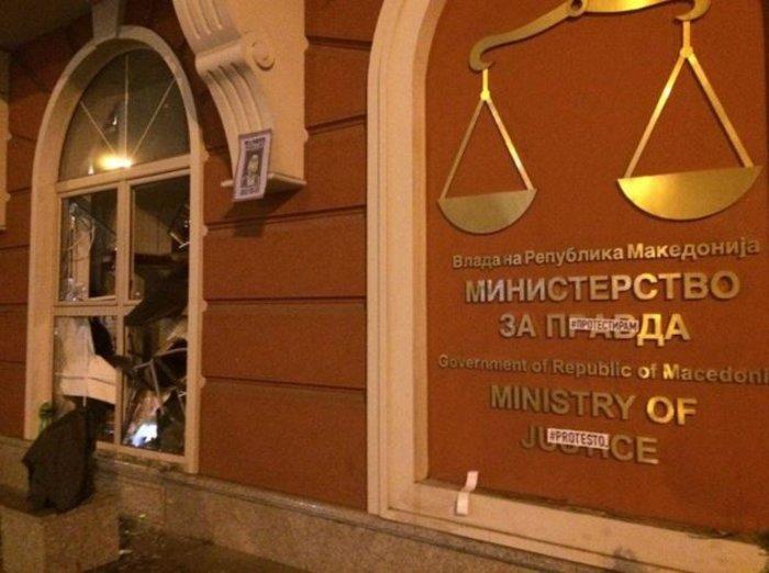 Νύχτα χάους στα Σκόπια, εισβολή διαδηλωτών στο προεδρικό μέγαρο - εικόνα 4