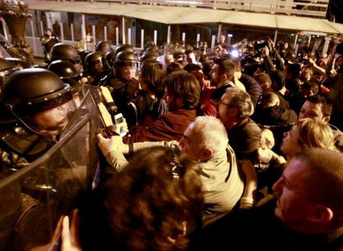 Νύχτα χάους στα Σκόπια, εισβολή διαδηλωτών στο προεδρικό μέγαρο - εικόνα 5