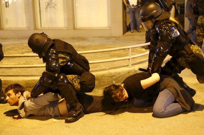 Νύχτα χάους στα Σκόπια, εισβολή διαδηλωτών στο προεδρικό μέγαρο - εικόνα 2