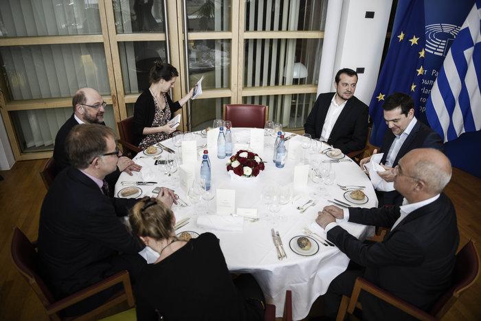 Τσίπρας σε Σουλτς: Υπόθεση της κυβέρνησης η κατανομή των βαρών - εικόνα 3
