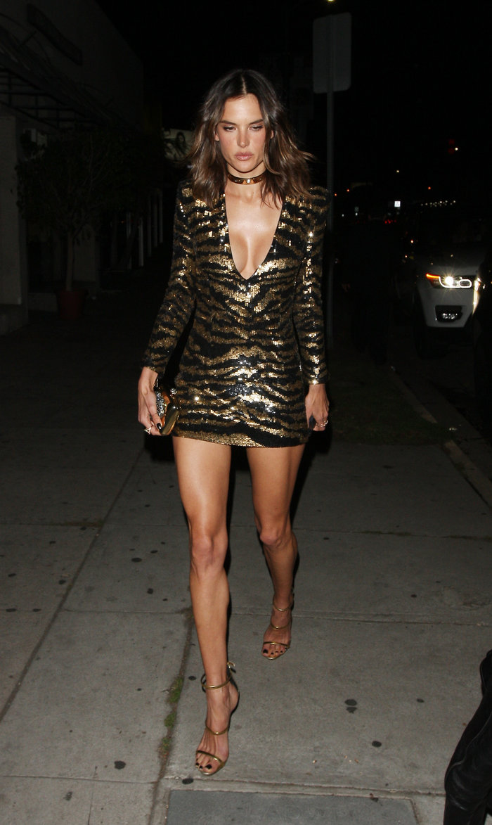 Η Αμπρόζιο έκλεισε τα 35 με σέξι σούπερ μίνι φόρεμα που έκοψε ανάσες - εικόνα 2
