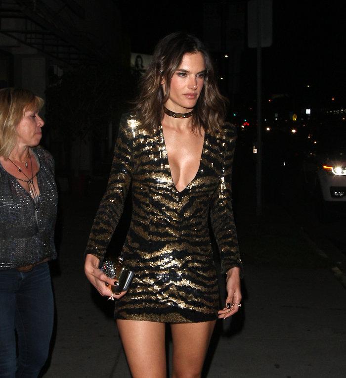 Η Αμπρόζιο έκλεισε τα 35 με σέξι σούπερ μίνι φόρεμα που έκοψε ανάσες - εικόνα 3