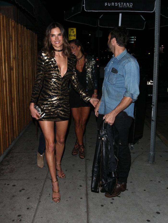 Η Αμπρόζιο έκλεισε τα 35 με σέξι σούπερ μίνι φόρεμα που έκοψε ανάσες - εικόνα 4